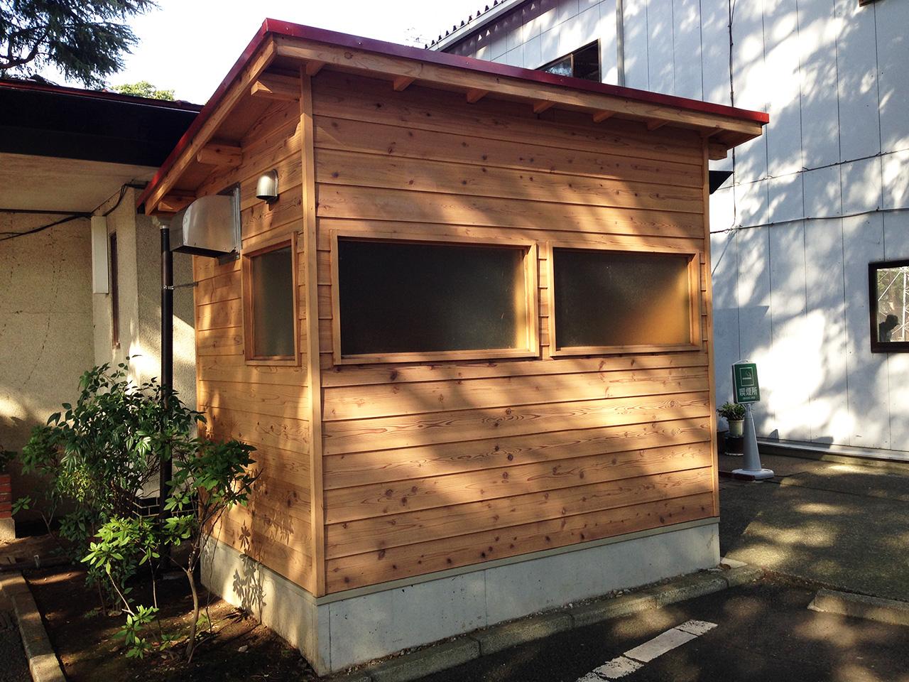 愛煙家はこちらの喫煙所をご利用下さい。昭和を感じさせる木造です。